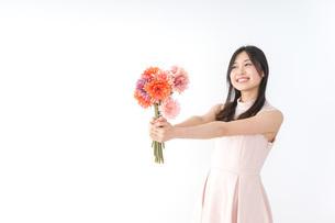 花束を持つ若い女性の写真素材 [FYI04701104]