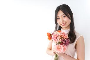花束を持つ若い女性の写真素材 [FYI04701106]