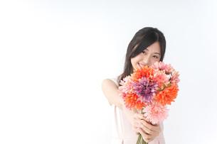 花束を持つ若い女性の写真素材 [FYI04701112]