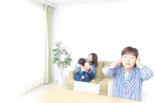 ふるさとに子供と帰省する家族の写真素材 [FYI04701138]