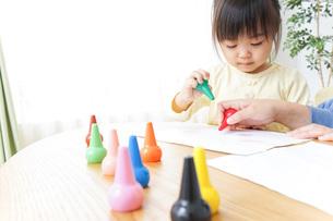 お絵かきをする親子の写真素材 [FYI04701149]