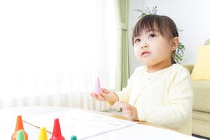 お絵かきをする子どもの写真素材 [FYI04701164]