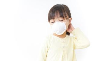 マスクをする子どもの写真素材 [FYI04701179]