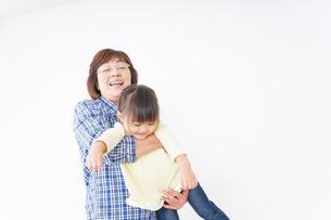 おばあちゃんと遊ぶ子供の写真素材 [FYI04701182]