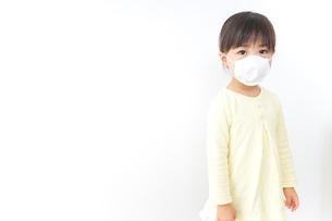 マスクをする子どもの写真素材 [FYI04701188]
