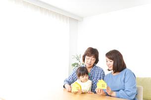 三世代の家探しイメージの写真素材 [FYI04701190]