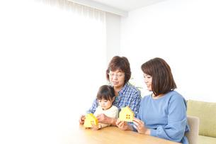三世代の家探しイメージの写真素材 [FYI04701191]