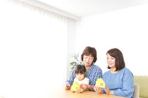 三世代の家探しイメージの写真素材 [FYI04701193]