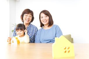 三世代の家探しイメージの写真素材 [FYI04701206]