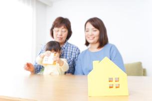不動産を検討する家族の写真素材 [FYI04701211]