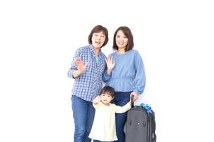 スーツケースを持つ家族の写真素材 [FYI04701237]