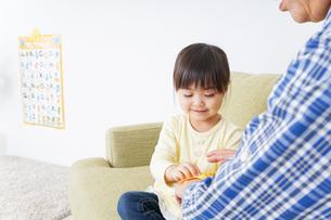 おばあちゃんと遊ぶ子供の写真素材 [FYI04701238]