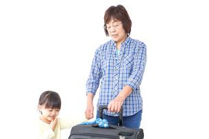 スーツケースを持つ家族の写真素材 [FYI04701239]