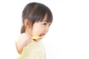 歯磨きをする子どもの写真素材 [FYI04701247]