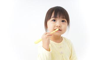 歯磨きをする子どもの写真素材 [FYI04701253]