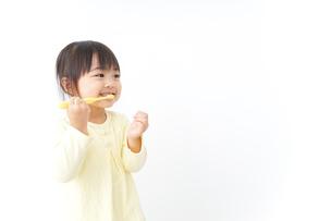 歯磨きをする子どもの写真素材 [FYI04701254]