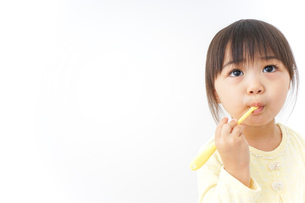 歯磨きをする子どもの写真素材 [FYI04701256]