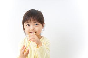 歯磨きをする子どもの写真素材 [FYI04701263]