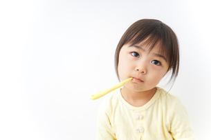 歯磨きをする子どもの写真素材 [FYI04701266]