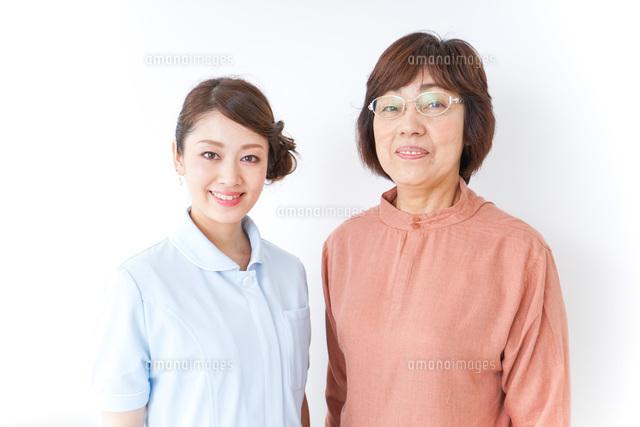 高齢女性と看護師の写真素材 [FYI04701270]