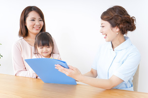 検診を受ける親子の写真素材 [FYI04701289]