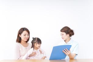 検診を受ける親子の写真素材 [FYI04701317]