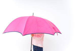 傘をさす子どもの写真素材 [FYI04701345]