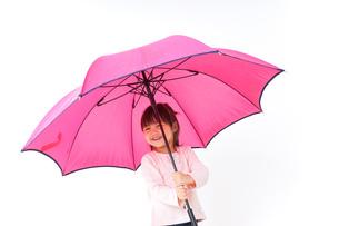 傘をさす子どもの写真素材 [FYI04701350]