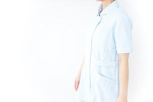 病院内を歩く看護師の写真素材 [FYI04701425]
