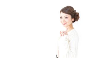 指をさすおしゃれ着の女性の写真素材 [FYI04701457]