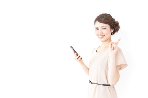 指をさすおしゃれ着の女性の写真素材 [FYI04701466]