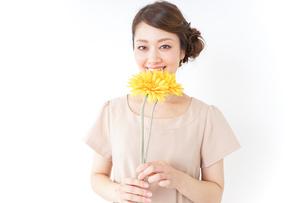 花を持つ女性の写真素材 [FYI04701474]
