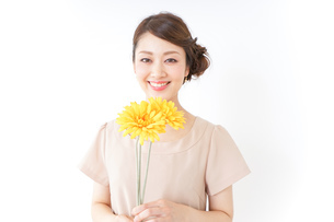 花を持つ女性の写真素材 [FYI04701479]