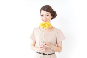 花を持つ女性の写真素材 [FYI04701482]