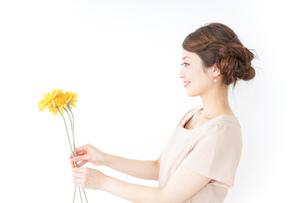 花を持つ女性の写真素材 [FYI04701488]