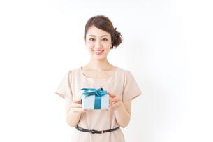 プレゼントと女性の写真素材 [FYI04701489]