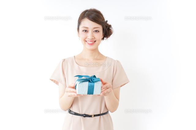 プレゼントと女性の写真素材 [FYI04701493]