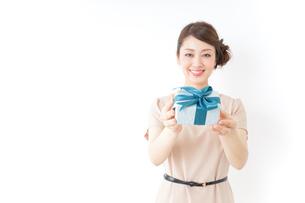 プレゼントと女性の写真素材 [FYI04701494]