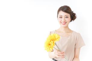 花を持つ女性の写真素材 [FYI04701495]