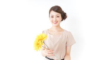 花を持つ女性の写真素材 [FYI04701496]