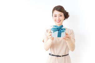 プレゼントと女性の写真素材 [FYI04701497]