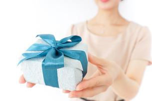 プレゼントと女性の写真素材 [FYI04701499]