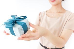 プレゼントと女性の写真素材 [FYI04701504]