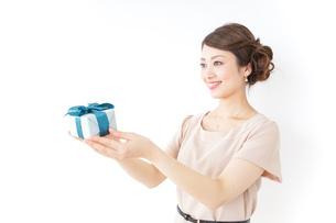 プレゼントと女性の写真素材 [FYI04701505]
