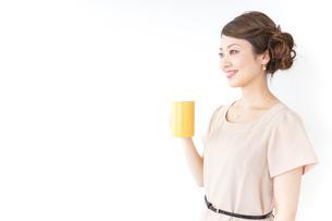 マグカップを持つ女性の写真素材 [FYI04701509]