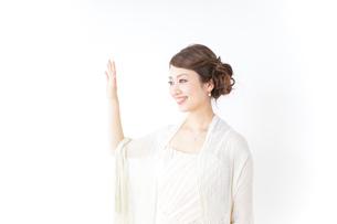 手を振るドレスの女性の写真素材 [FYI04701559]