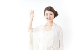 手を振るドレスの女性の写真素材 [FYI04701560]