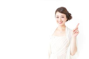 指をさすおしゃれ着の女性の写真素材 [FYI04701569]