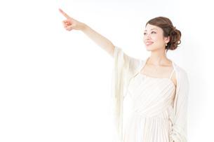 ドレス姿で上を差す女性の写真素材 [FYI04701601]