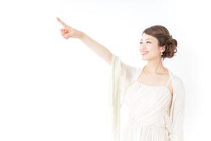 ドレス姿で上を差す女性の写真素材 [FYI04701602]